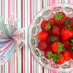 Jak usunąć szypułki z truskawek
