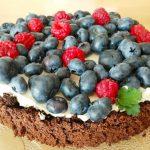 Banalnie proste ciasto czekoladowe bez mąki z mascarpone i owocami
