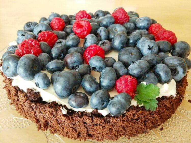 ciasto czekoladowe z mascarpone i owocami