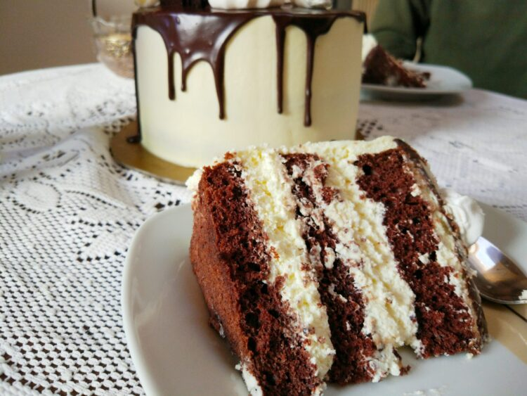 tort śmietanowy z drip cake