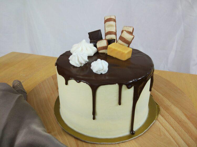 drip z gorzkiej czekolady na tort